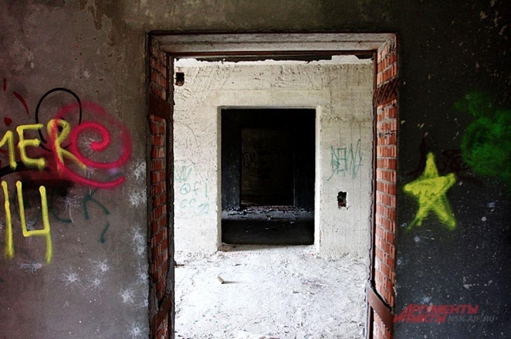 Долгострой изрисован граффити и внутри и снаружи.