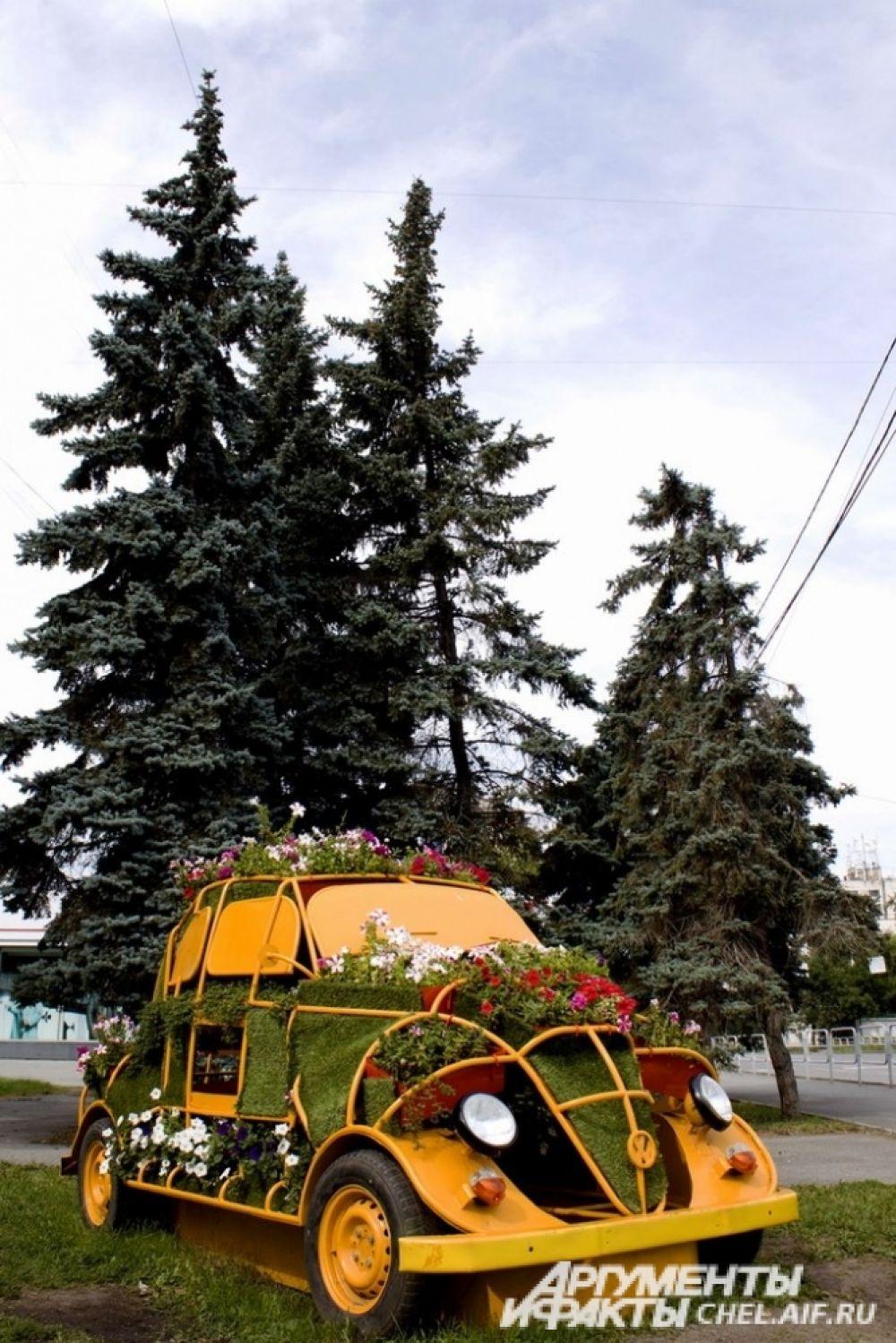 Экомашина-клумба установлена на перекрёстке улицы Володарского и проспекта Ленина.