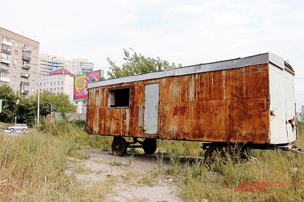 ...ржавый вагончик строителей намекает, что последние люди, способные присмотреть за смертельно опасным зданием ушли отсюда очень давно.