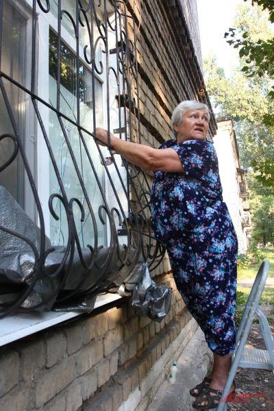 От разрыва бомбы в ближайших домах выбило окна.