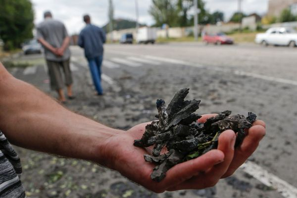 Куски шрапнели после обстрела Донецка украинскими силовиками.