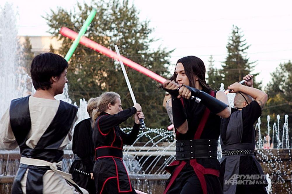 Силы Тьмы были на редкость последовательны в подборе костюмов. Чёрное с красным.