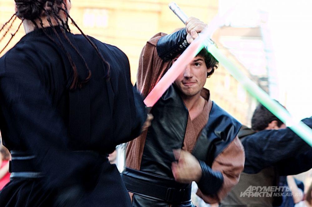 Человек, похожий на Хана Соло (на заднем плане) атакует зелёным «лазером» слугу Императора.