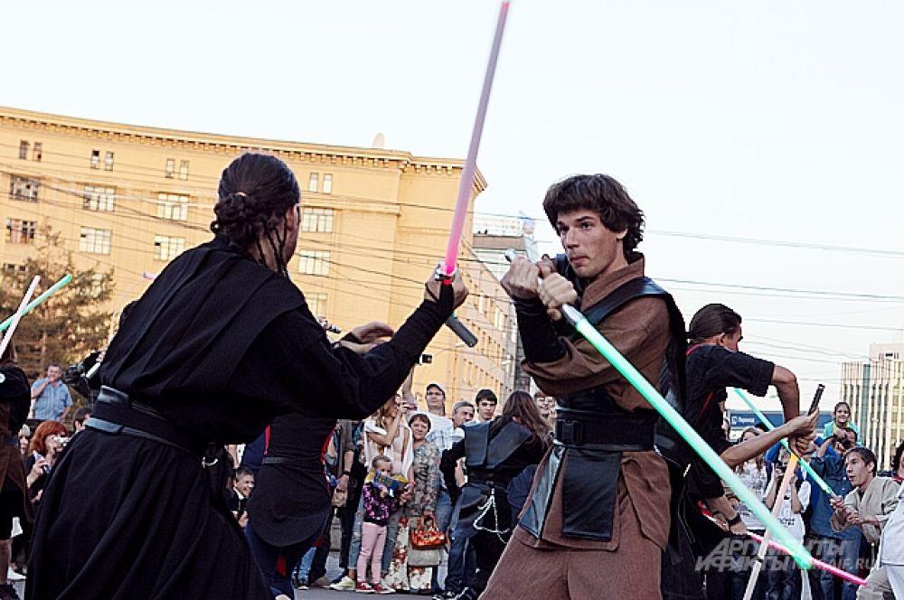 В нешуточной битве сошлось огромное количество «лазерных» клинков. Даже в фильмах Лукаса не увидишь столько напряжения в одном кадре.