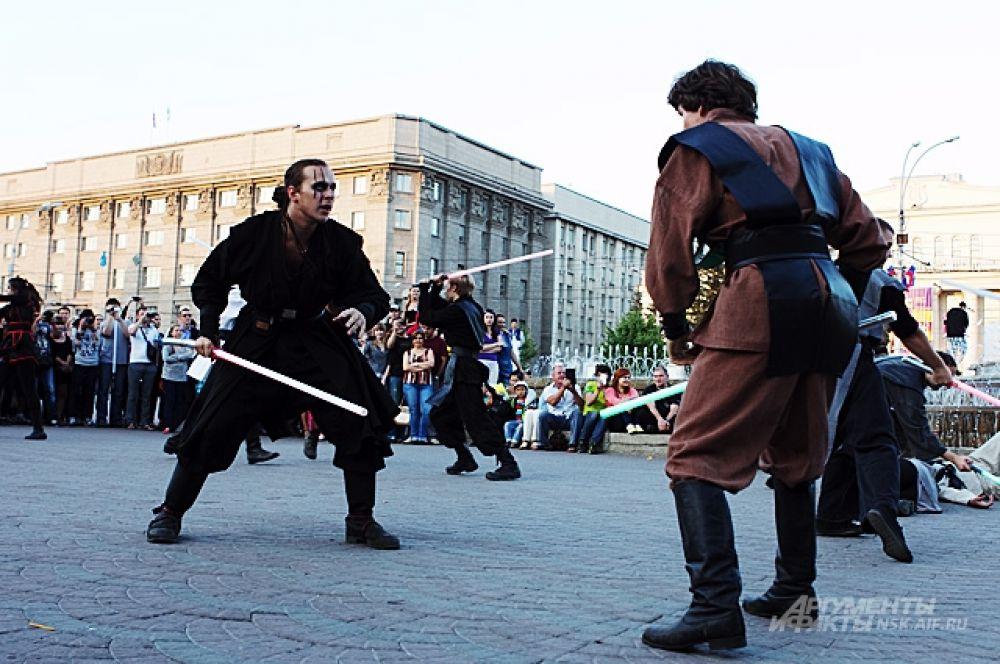Бой Ситха и Джедая на фоне новосибирской мэрии.