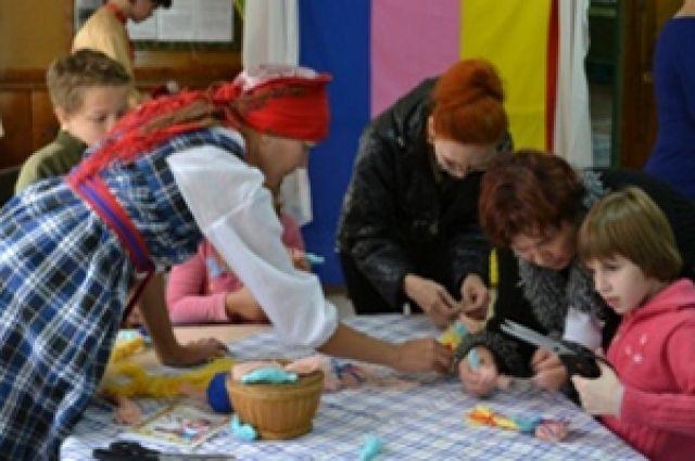 Дети посещают творческие развивающие занятия.