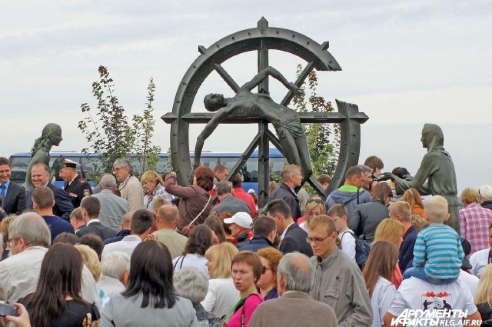 В день реконструкции в Гусеве открыли скульптурную композицию, созданную известным российско-американским художником  Михаилом Шемякиным «Памяти забытой войны, изменившей ход истории».