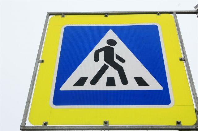 Традиционное обозначение пешеходных переходов омичи заменили силуэтами людей на асфальте.