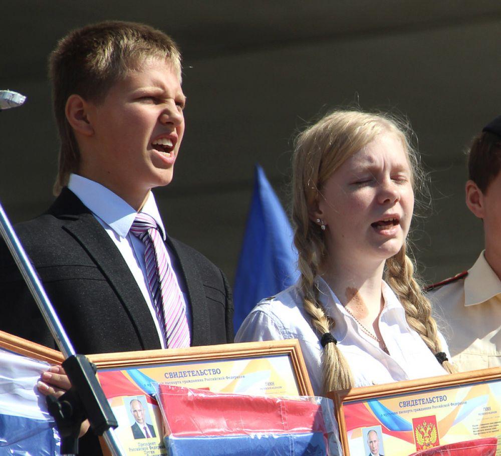 Счастливые обладатели новеньких паспортов – граждане России