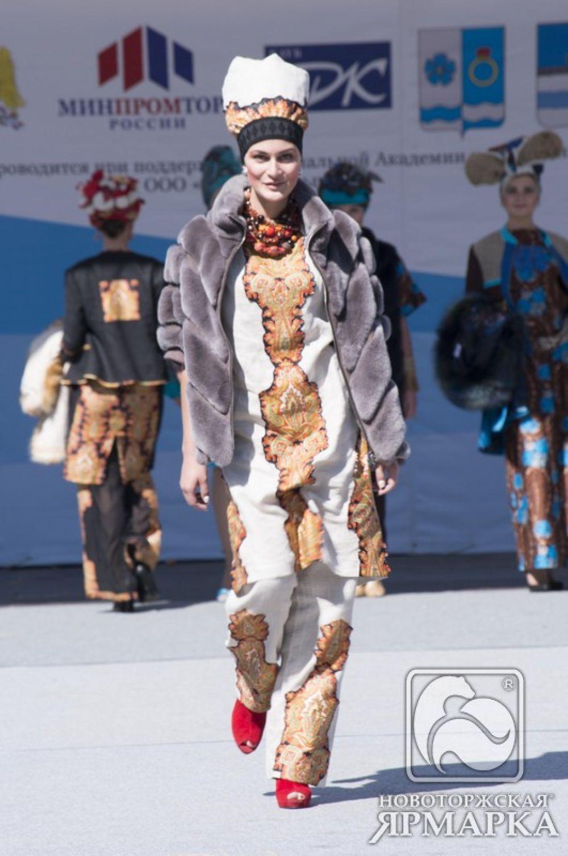 Модель в куртке из королевского рекса.