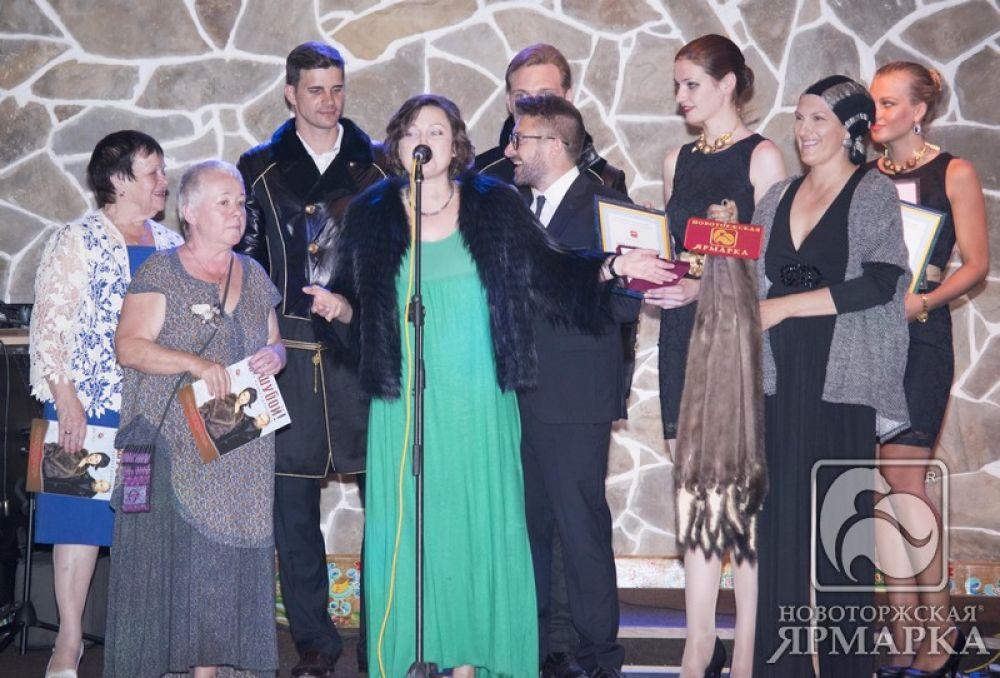 Специальный приз Новоторжской ярмарки А. Чешковой вручает Н. Серова.