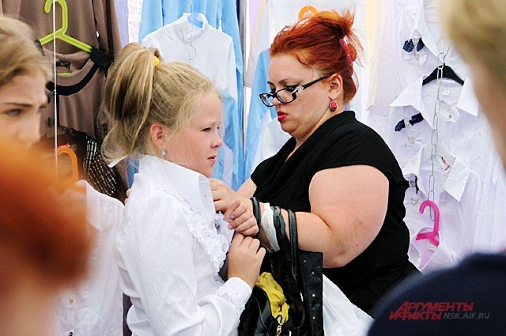 Блузка для девочки стоит от 500 рублей. По мнению руководителей школ, где есть жёсткие требования к форме - таких блуз в гардеробе должно быть не меньше двух.