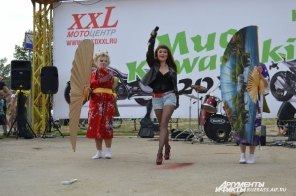 Участница Елена Иванова спела о себе песню, а поддерживали её самые настоящие гейши.