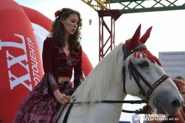 Юлия Реброва удивила всех, приехав на белом коне.
