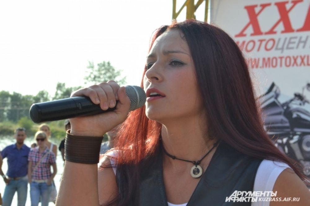 Марина Сарафанникова не только выехала на сцену на байке, но и спела песню «Я падаю в небо» Ольги Кормухиной.