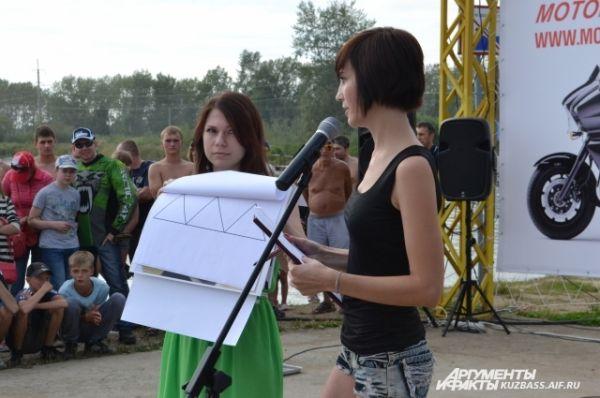 Участница Александра Ковалёва рассказала о себе, своей жизни и увлечениях, рисуя на ватмане.