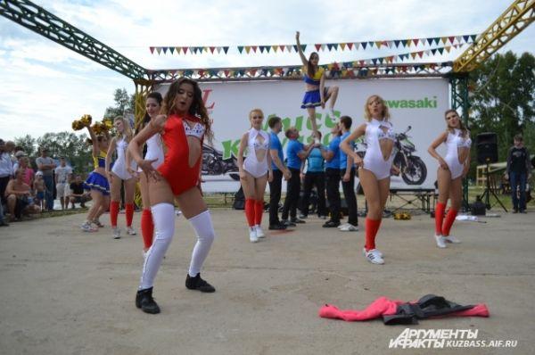 Полина Захарова превратила своё выступление в яркое шоу с пиротехникой и акробатическими номерами.