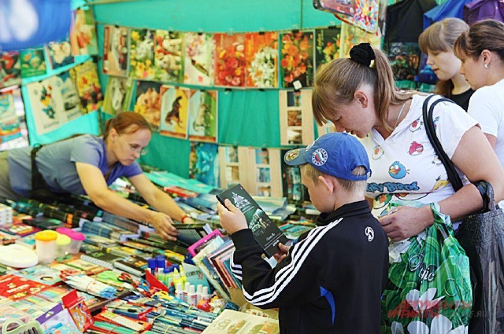 Значительно дешевле, чем на школьных базарах учебники можно покупать по объявлениям на форумах. Конечно, б/у. Тем не менее, на тетрадях таким образом не сэкономишь.