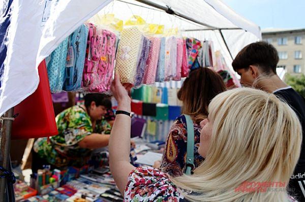 Предприниматели бойко торгуют не только школьными принадлежностями, но и элементами детской одежды, которые никак не вписываются в школьную форму.