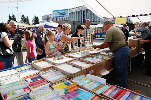 Канцелярские принадлежности - в зависимости от производителя - могут стоить от 500 до 2500 рублей.