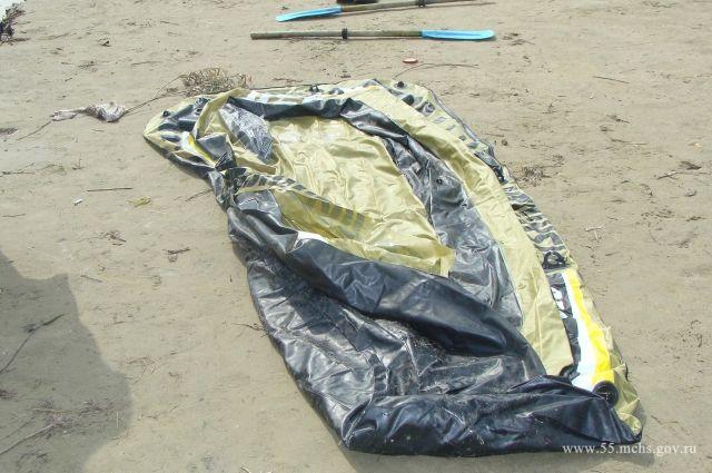 Надувная лодка лопнула и до острова добраться не удалось.