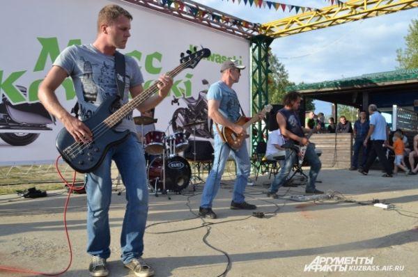 Особый драйв словам придавала живая музыка, которую сыграли рок-музыканты из Топок и Кемерова.