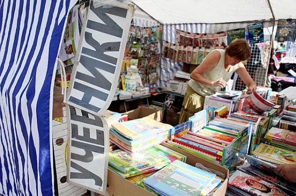 Комплект книг для ученика, например, 4-го класса - будет стоить около 3500 рублей.