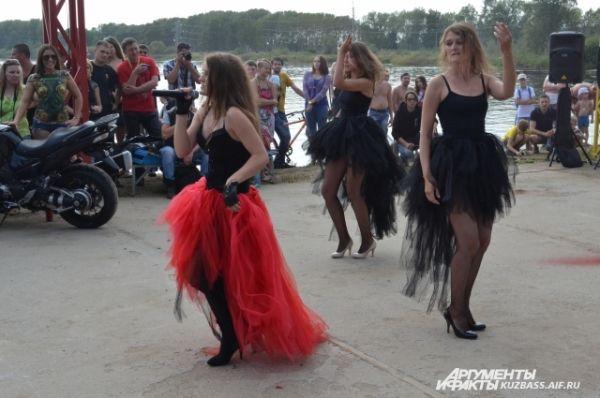 Ольга Калачева вышла на импровизированную сцену с подтанцовкой и удивляла жюри файер-шоу.