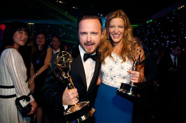 Аарон Пол и Анна Ганн с наградами лучшему актёру и актрисе второго плана.