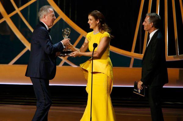 Режиссёр Колин Бакси получил из рук Кейт Уолш и Скотта Бакулы награду в номинации «Лучший минисериал», победу в котором одержал телевизонный римейк комедии братьев Коэнов «Фарго».