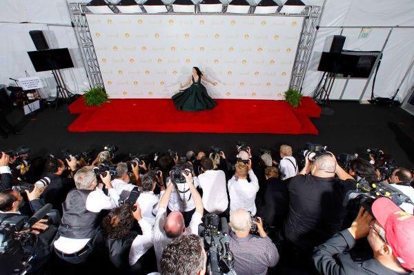 Стендап-комик Сара Сильверман позирует со специальной наградой за собственный ситком.