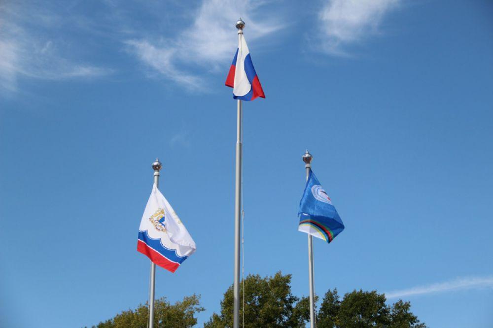 Подняли знамёна России, Ульяновской области и фестиваля.