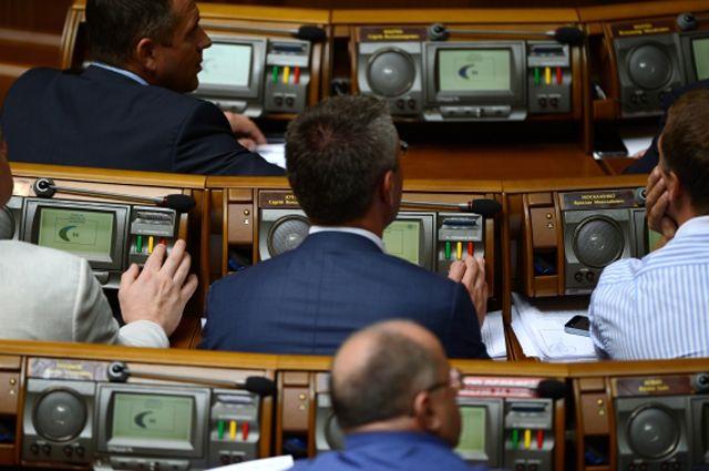 Депутаты Верховной Рады Украины голосуют на внеочередном заседании украинского парламента.