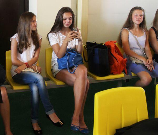 Юные легкоатлетки в ожидании начала церемонии открытия манежа времени не теряли…