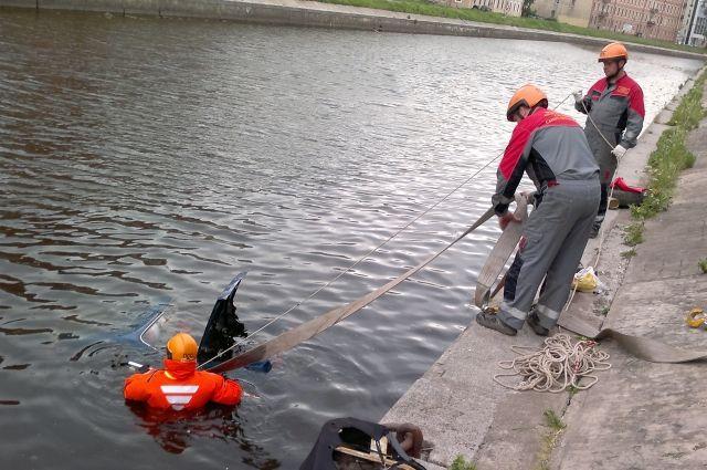 Иногда утонувших ищут с водолазами.