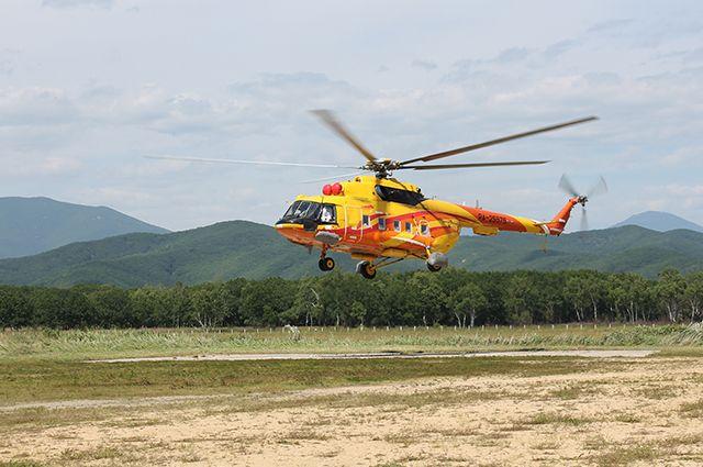 Пассажирский вертолёт приземляется на площадке в Тернее.
