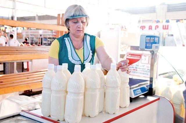 Деревенское молоко на рынках расхватывают уже к обеду.