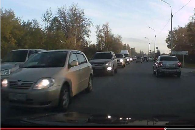 Обычные для Мочищенского шоссе многокилометровые пробки стали плотнее.