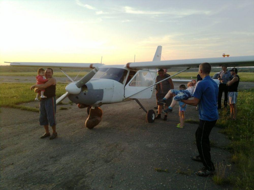 Посмотреть на чудо-машину пришла вся округа – не каждый день к соседям в огород садится частный самолёт.