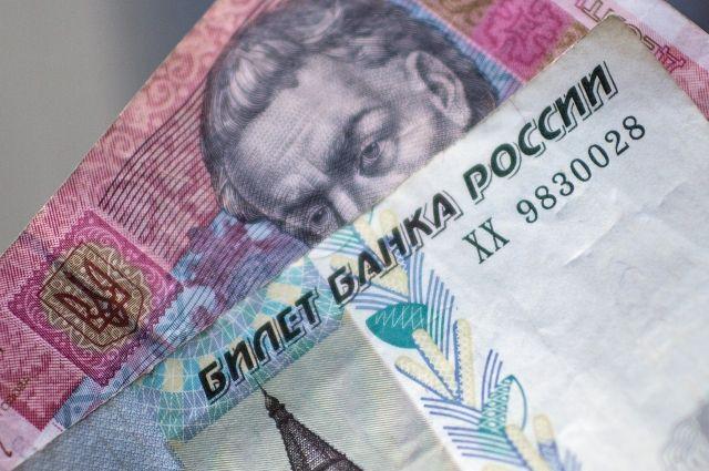Гривны можно обменять на рубли в любом отделении Сбербанка в Омске.