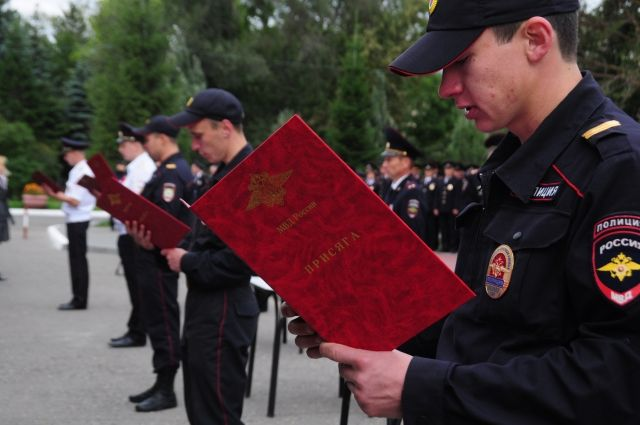 Молодые полицейские приняли присягу.