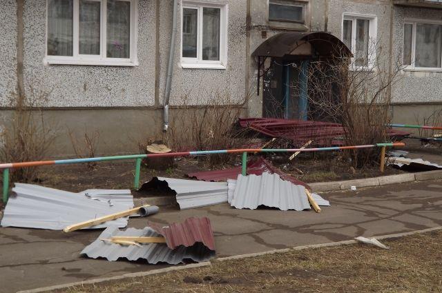 Крышу унесло ураганом у многих домов.