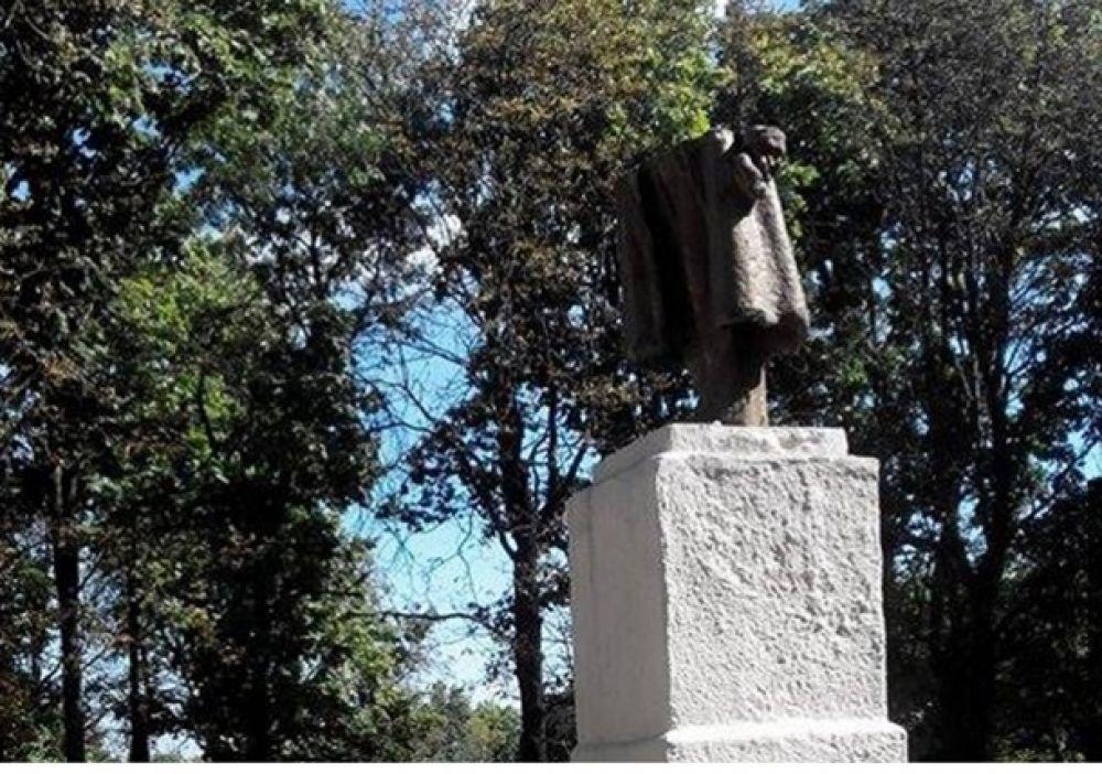 В Харькове снесли три памятника Ленину