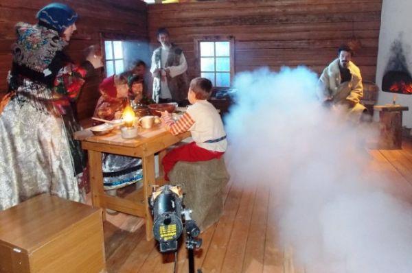 Специалисты телеканала Югра создают в конце августа январский мороз, ведь основные события фильма происходят зимой.