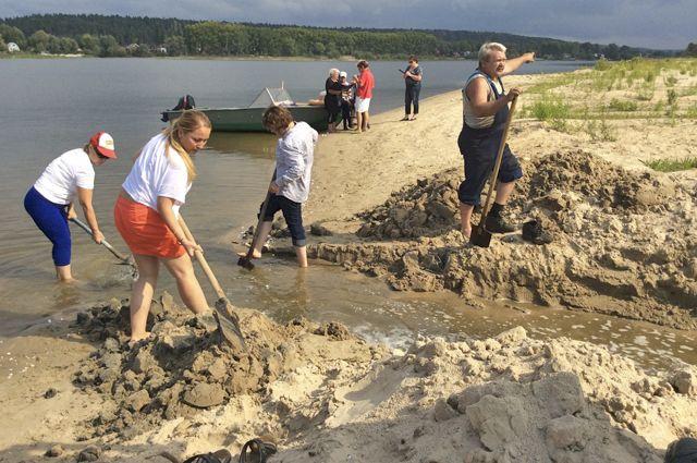 Каждую субботу люди вручную раскапывают засыпанные песком протоки.
