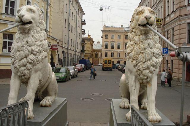 Львиные морды и лапы можно найти на фасадах зданий, капителях колонн, оградах и в скульптурных композициях.
