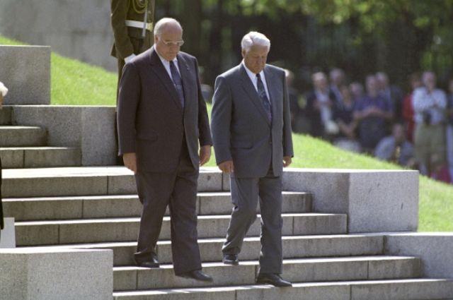 Федеральный канцлер ФРГ Гельмут Коль и Президент РФ Борис Ельцин в Трептов-парке во время торжественной церемонии вывода Западной группы войск из Германии. 30–31 августа 1994 года.