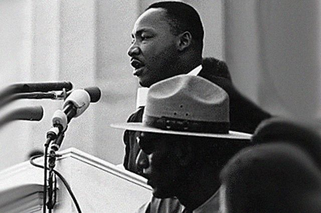Мартин Лютер Кинг произносит речь на марше за гражданские права.