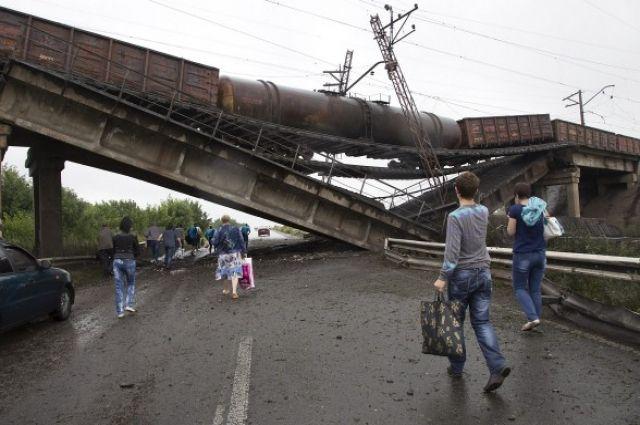 Взорванный боевиками мост с поездом