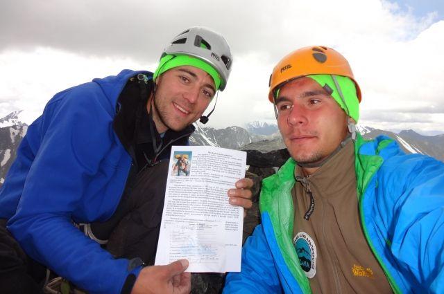 На вершине первопроходцы оставили капсулу с информацией о Валерии Балыбердине, чьё имя пик будет носить.